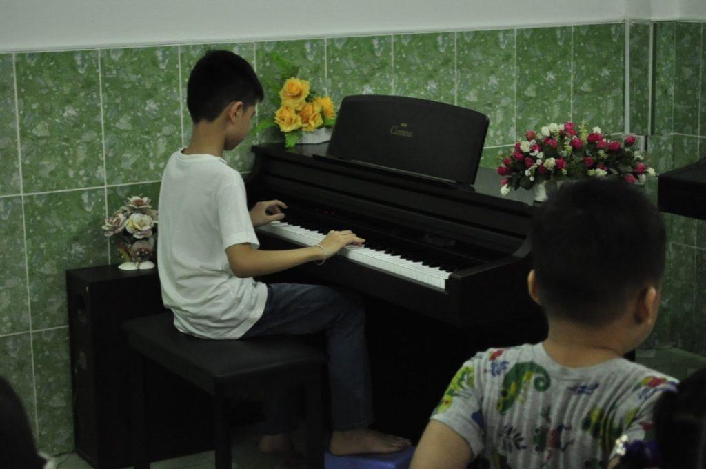 Anh Kiệt biểu diễn piano