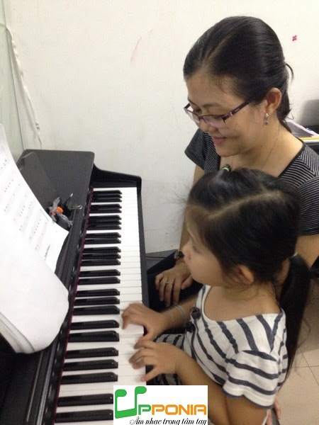 Mẹ và con cùng học piano