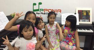 nên cho trẻ học piano tại nhà hay đến lớp học - upponia