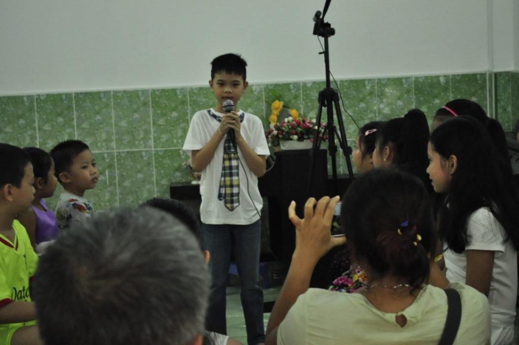Bé Anh Kiệt trong chương trình biểu diễn tháng 6 của trung tâm