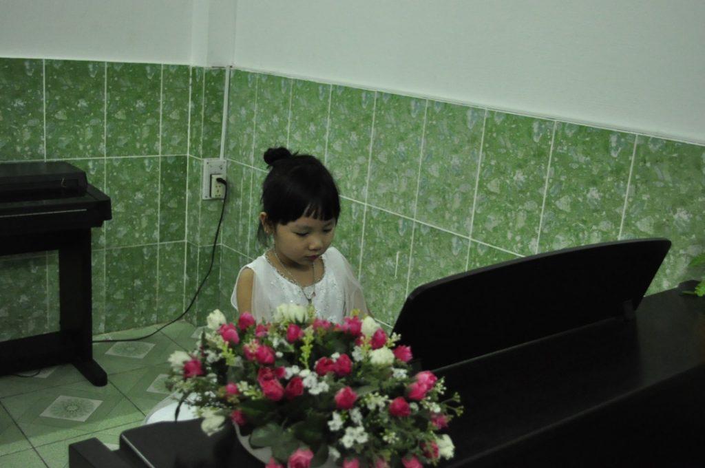 Thùy Trang biểu diễn piano