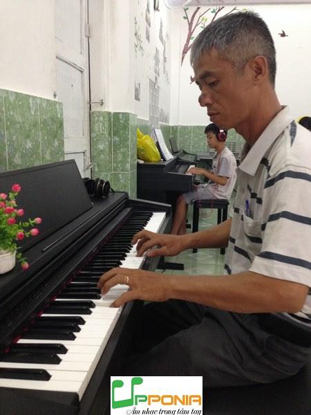Anh Minh - Phụ huynh bé Chấn trong lớp hướng dẫn tự học piano