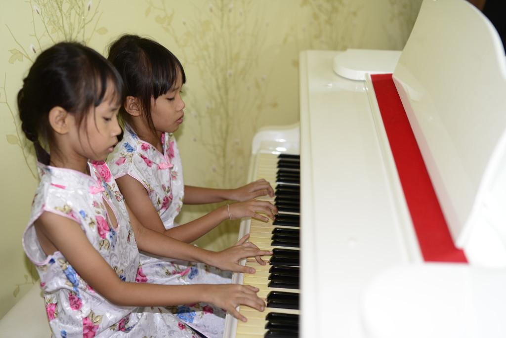 Bé vui học piano