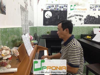 Anh Uy một học viên của lớp piano dành cho người lớn của Trung tâm âm nhạc Upponia