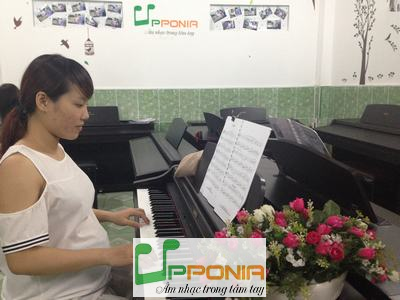 Bà Bầu Thảo Nguyên cũng tranh thủ tham gia lớp học piano dành cho người lớn của Trung tâm âm nhac Upponia