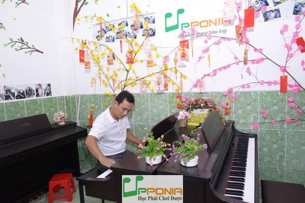 Học viên của lớp piano người lớn tại Trung Tâm Âm Nhạc Upponia trong buổi biểu diễn lần thứ 14
