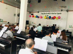 Học viên lớp piano cho người lớn đang học tại Upponia
